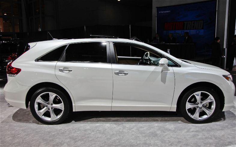 Белый кроссовер  Toyota Venza 2014 вид сбоку