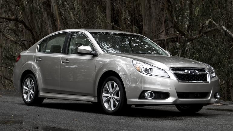 Серебристый седан Subaru Legacy 2014