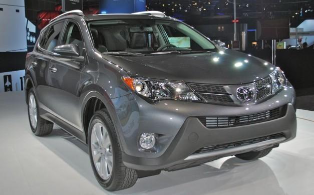 Серебристый кроссовер Toyota RAV4 2014 вид спереди