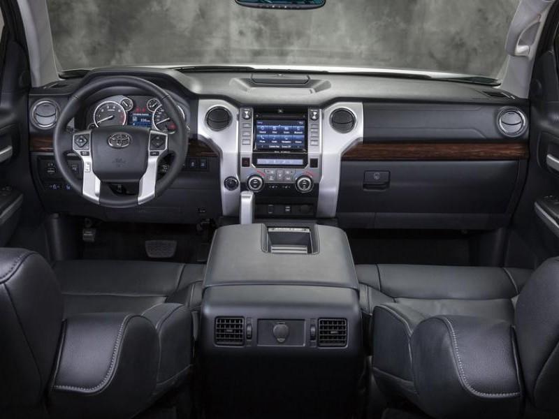 Черный салон, консоль, руль Toyota Land Cruiser 2014
