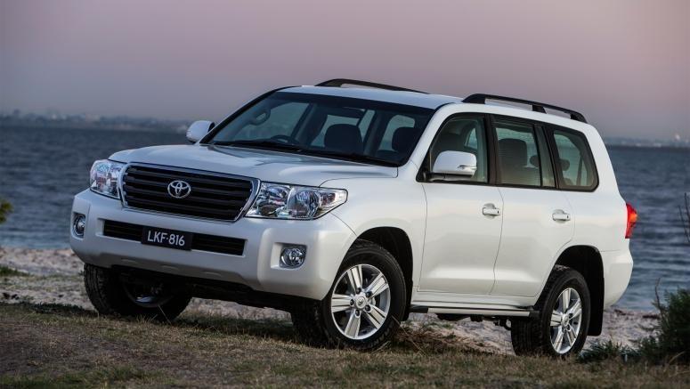 Белый внедорожник Toyota Land Cruiser 2014