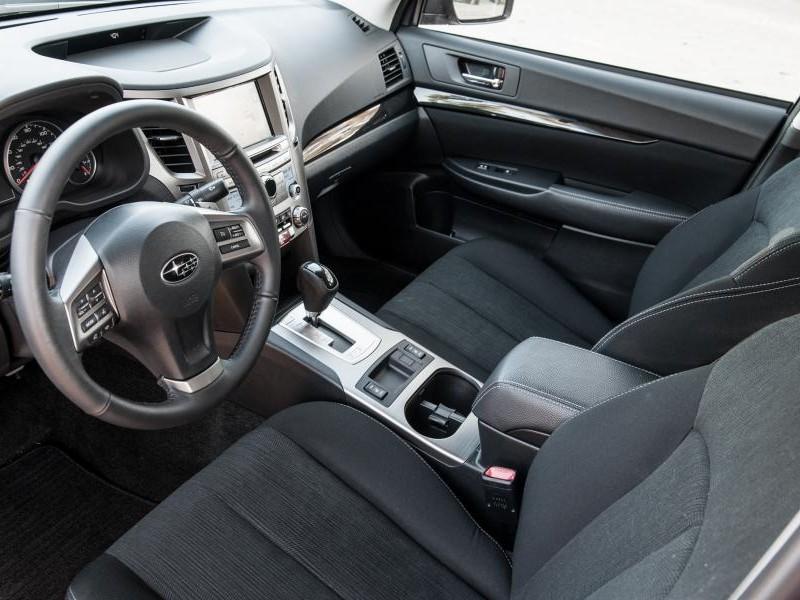 Черный салон, руль, консоль Subaru Legacy 2014