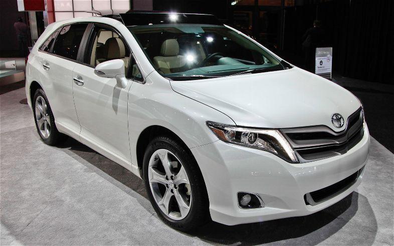 Белый кроссовер Toyota Venza 2014