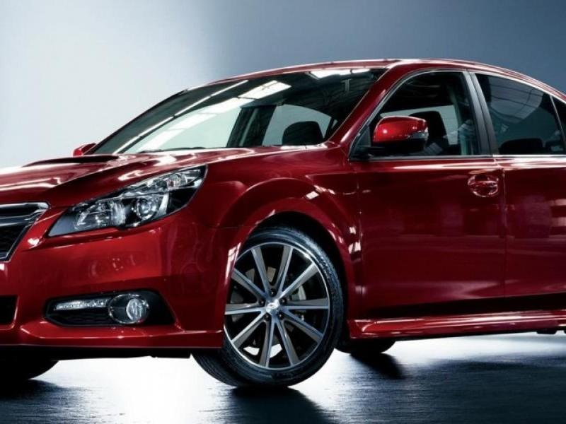 Красный седан Subaru Legacy 2014 вид сбоку