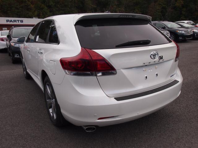 Белый Toyota Venza 2014 вид сзади