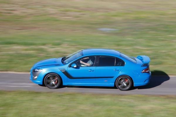 Синий седан FPV GT вид сбоку