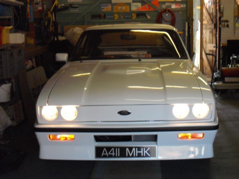 Белый Aston Martin Tickford вид спереди