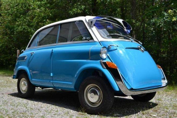 Синий BMW Isetta вид сбоку