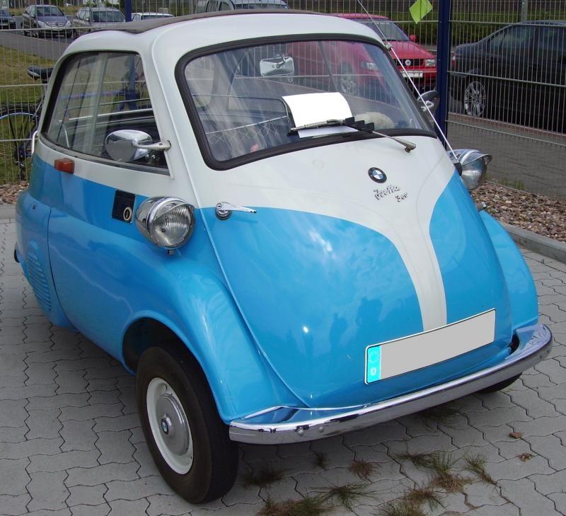 Синий BMW Isetta вид спереди