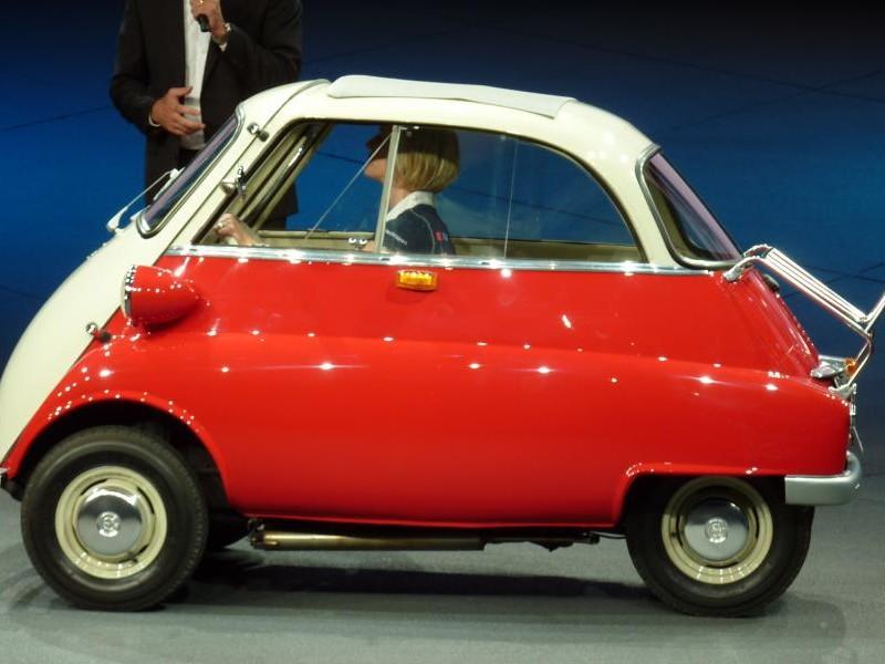 Красно-белый BMW Isetta вид сбоку