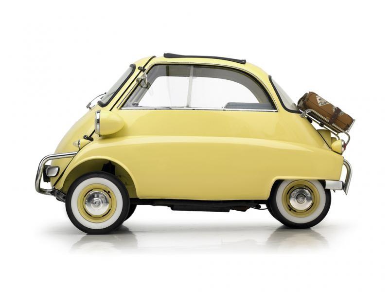 Желтый BMW Isetta вид сбоку