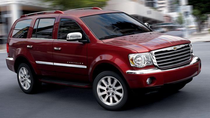 Красный Chrysler Aspen вид сбоку