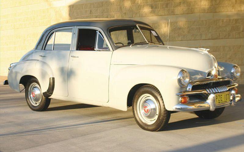 Белый хэтчбек Holden FJ, вид сбоку