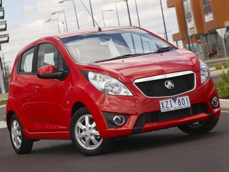 Красный хэтчбек Holden Barina Spark