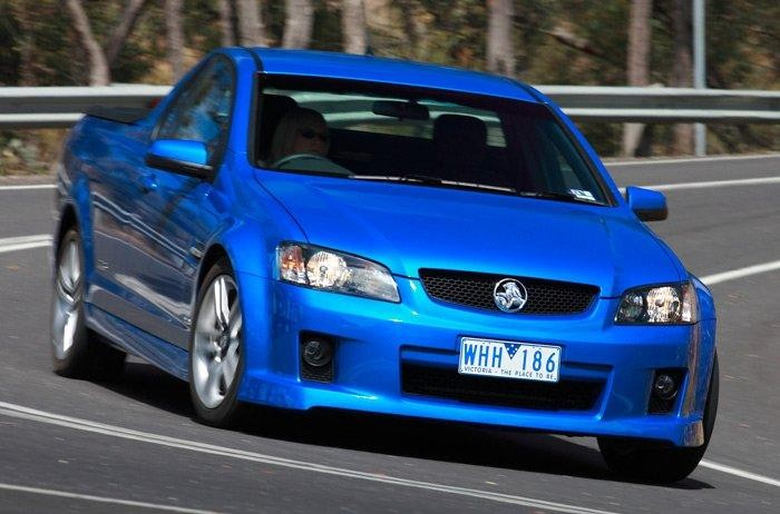 Синий пикап Holden Ute вид спереди