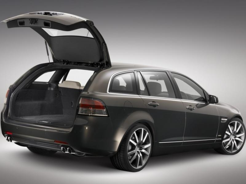 Серебристый универсал Holden Sportwagon