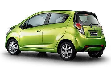 Зеленый Holden Barina Spark вид сбоку