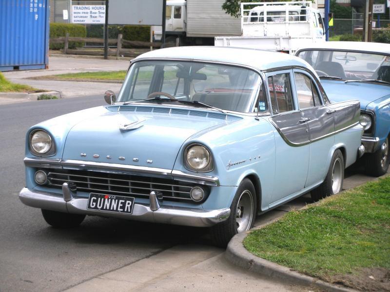 Голубой седан Holden FB вид спереди