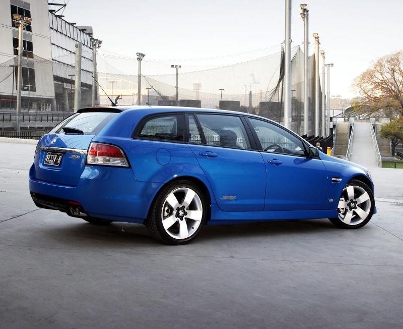 Синий универсал  Holden Sportwagon вид сбоку