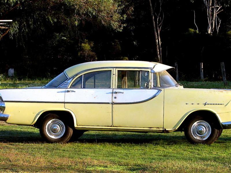 Желтый седан Holden FB вид сбоку
