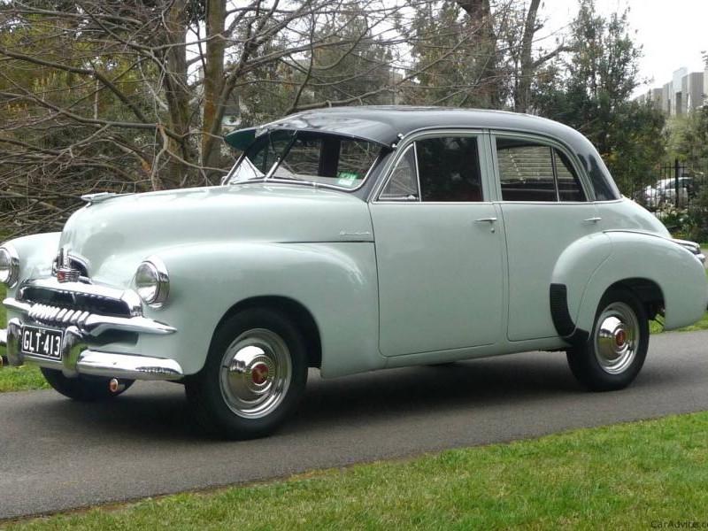 Белый хэтчбек Holden FJ вид сбоку