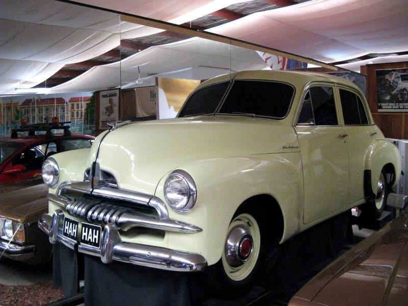 Бежевый хэтчбек Holden FJ