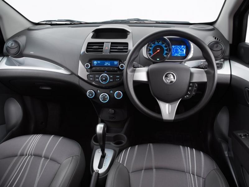 Черный салон, консоль, руль, коробка передач Holden Barina Spark
