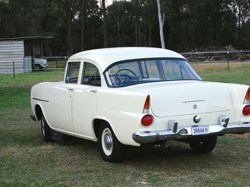 Белый седан Holden FB вид сзади