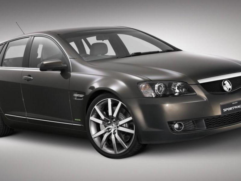 Серебристый универсал Holden Sportwagon, вид сбоку