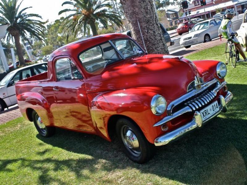 Красный пикап Holden FJ