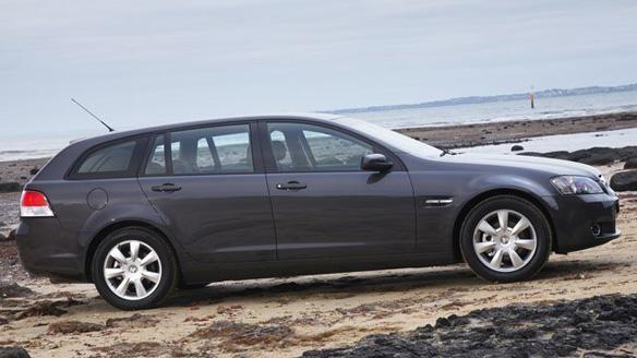 Серебристый универсал Holden Sportwagon вид сбоку