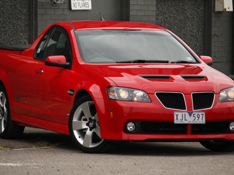 Красный пикап Holden Ute вид спереди