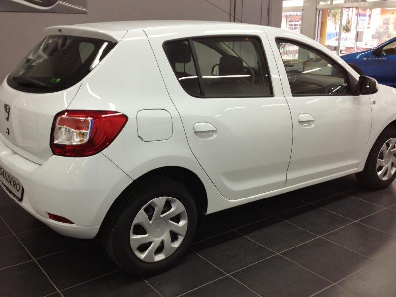 Белый хэтчбек Dacia Sandero вид сбоку