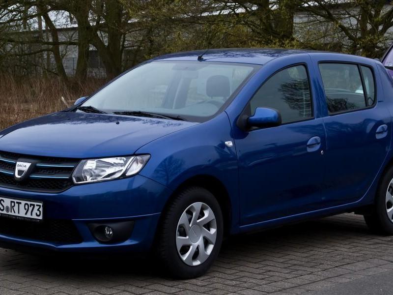 Синий хэтчбек Dacia Sandero вид сбоку