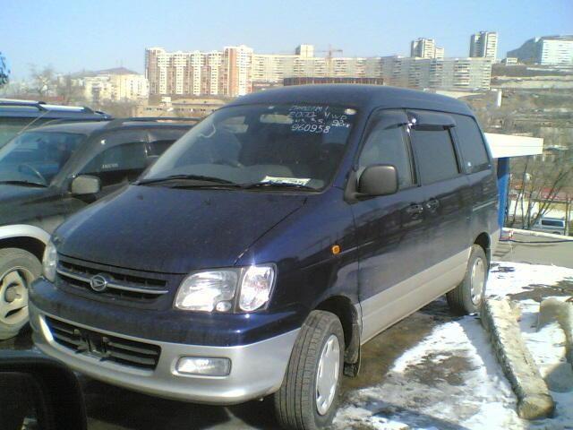 Синий Daihatsu Delta Wagon вид спереди