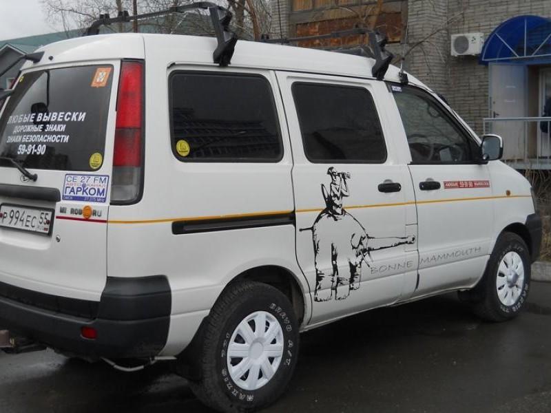 Белый Daihatsu Delta Wagon вид сбоку
