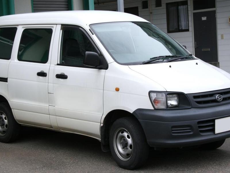 Белый Daihatsu Delta Wagon, вид сбоку