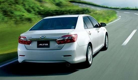 Белый седан Daihatsu Altis вид сзади