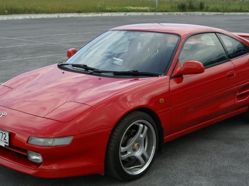 Красный купе Toyota MR2