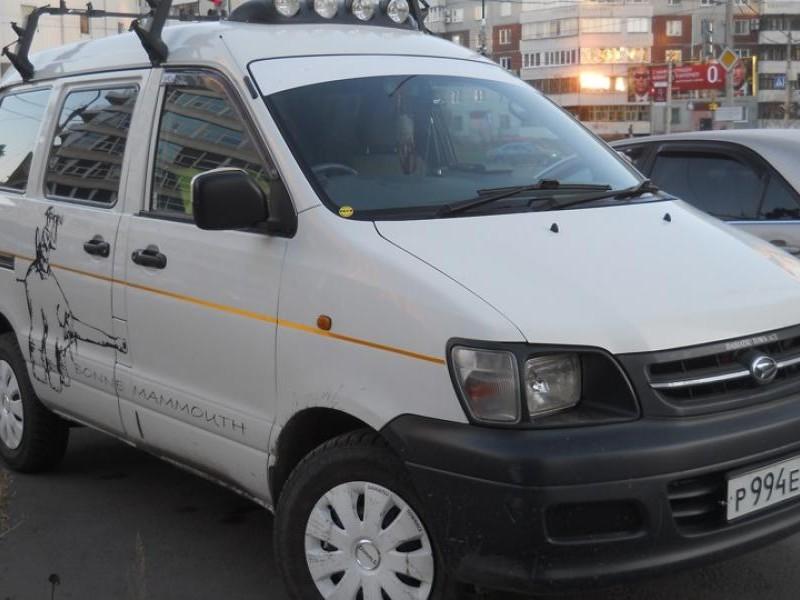 Белый Daihatsu Delta Wagon