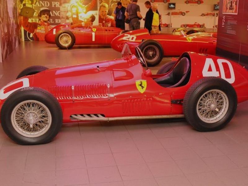 Красный Ferrari 166 F2 вид сбоку