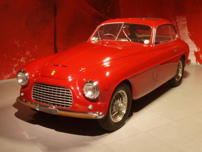 Красный купе Ferrari 166 Inter вид спереди