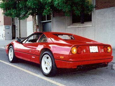 Красный Ferrari 328 GTS, вид сзади