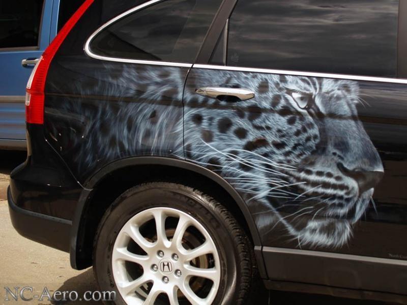 Монохромный леопард на Honda CR-V