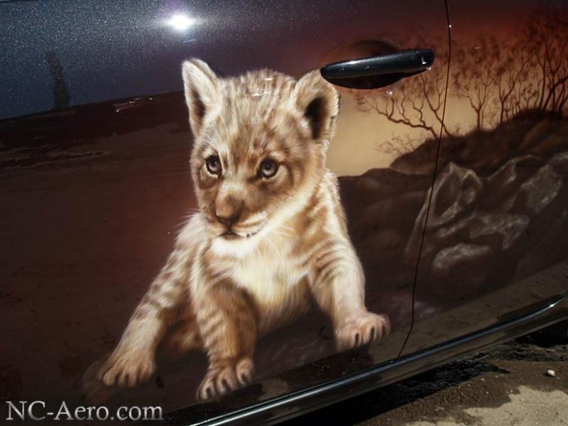 Маленький львенок на Mazda 3