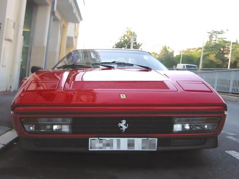 Красный купе Ferrari 328 GTB, вид спереди