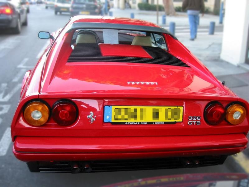 Красный купе Ferrari 328 GTB вид сзади