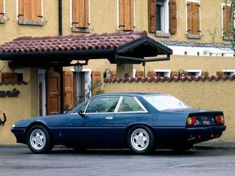 Синий купе Ferrari 412 вид сбоку