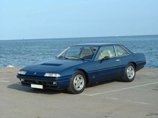Синий купе Ferrari 412