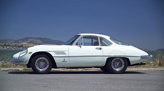 Белый купе Ferrari 400 SA вид сбоку